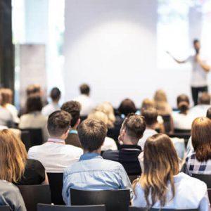 Seminar - Teilnehmer lauschen einer Präsentation